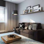 Étagère ouverte avec photos sur le canapé