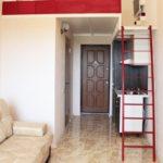 Escalier rouge à l'intérieur de l'appartement