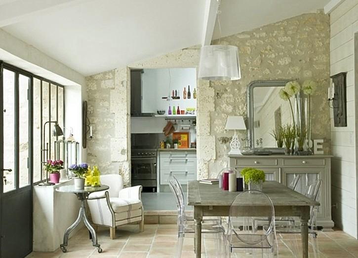 L'intérieur d'un petit studio dans le style provençal
