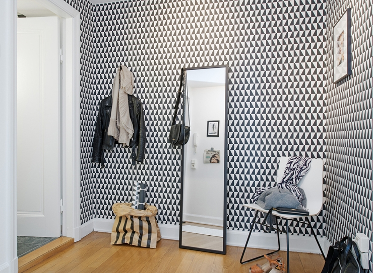 Miroir au sol dans un hall d'entrée spacieux