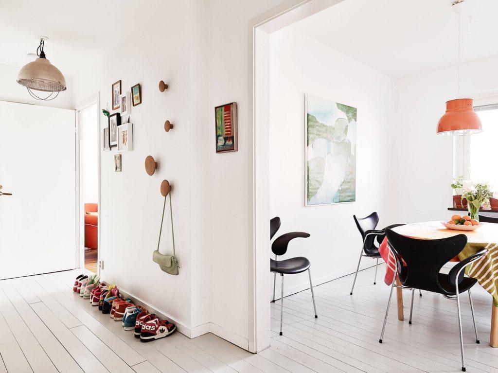 Murs blancs des cloisons intérieures dans un appartement