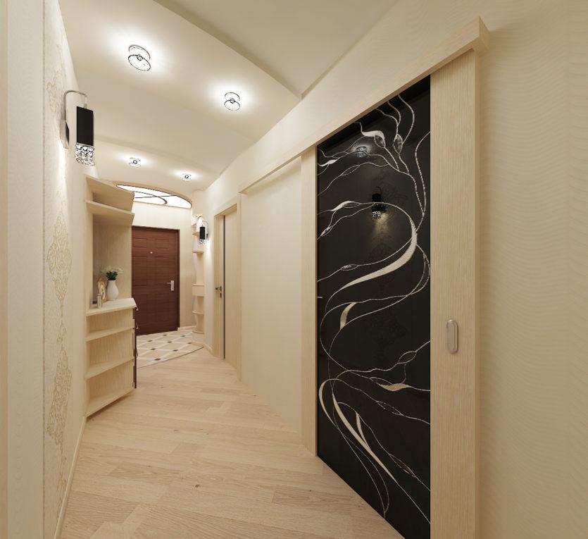 lampes au plafond d'un long couloir de l'appartement