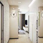 Horloge à l'intérieur d'un couloir moderne