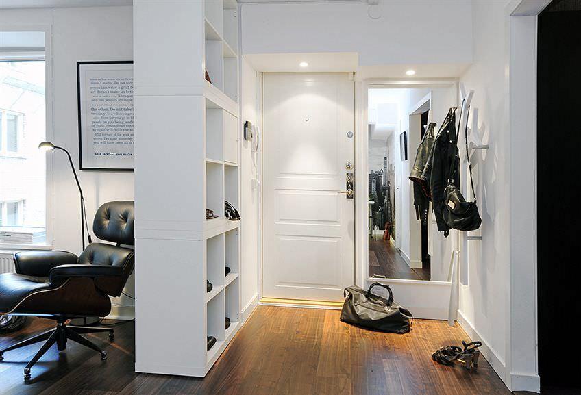 Hall d'entrée blanc de style scandinave