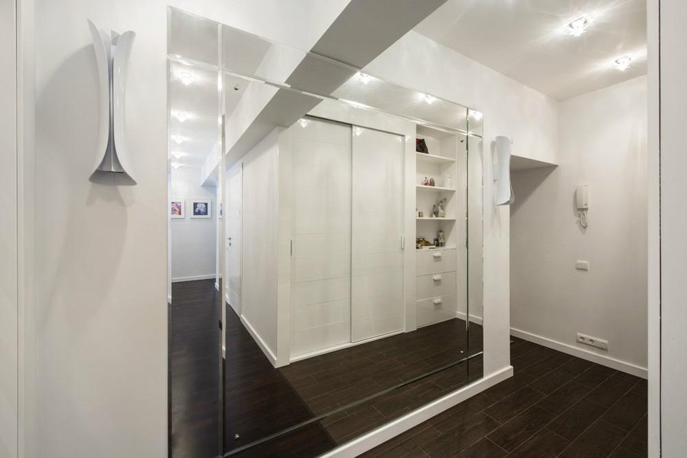Mur miroir dans le couloir étroit de l'appartement