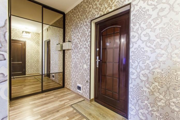 Intérieur du couloir avec armoire à miroir