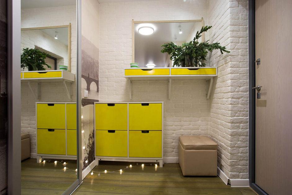 Meubles jaunes à l'intérieur du couloir