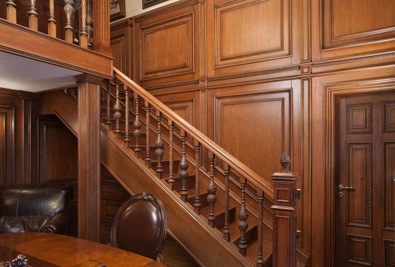 Escalier de marche dans un couloir de style anglais