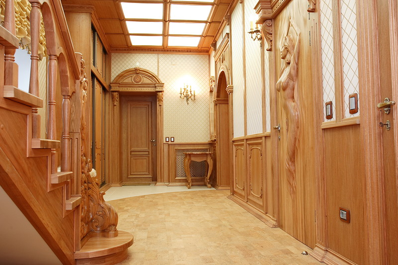 Escalier en bois dans le couloir de style classique