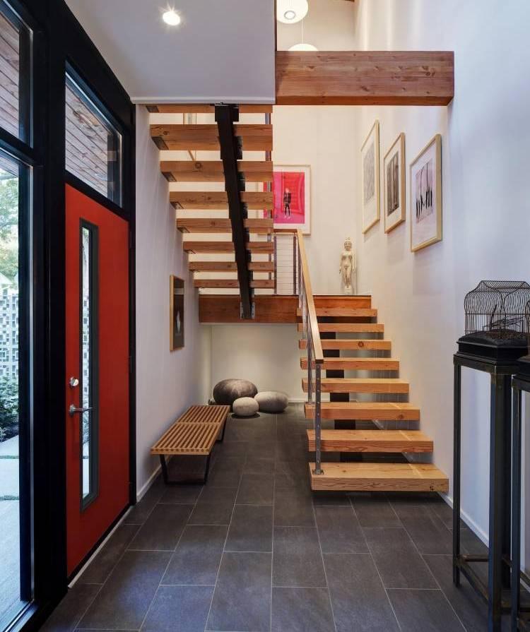 Petit hall d'entrée avec escalier au deuxième étage d'une maison privée