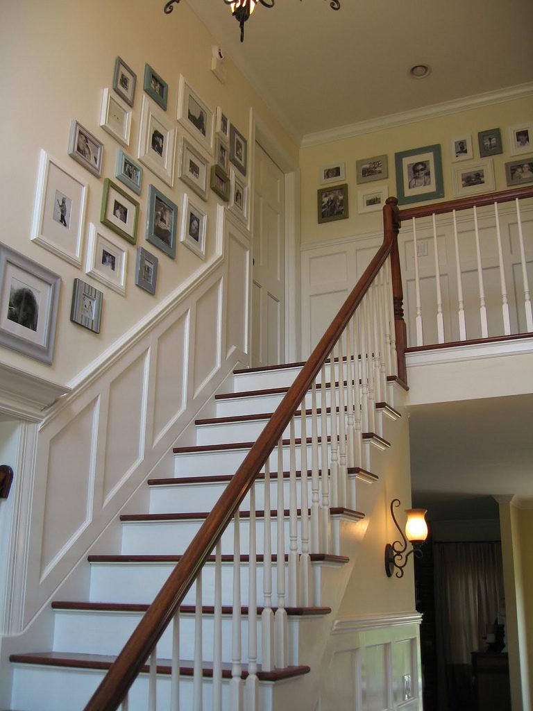 Décorer un mur au-dessus d'un escalier à l'aide de peintures