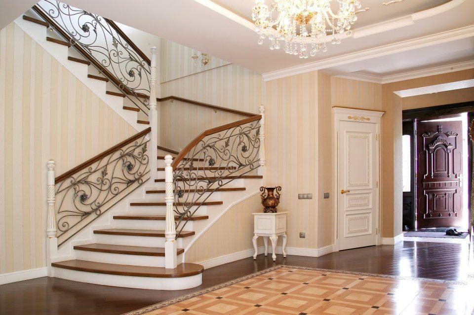 Hall d'entrée spacieux avec escalier de style classique