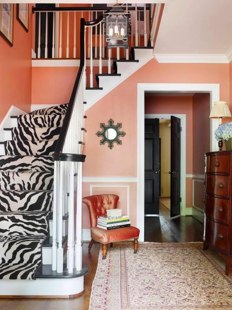 Chaise rembourrée avec dossier sous les escaliers dans le hall