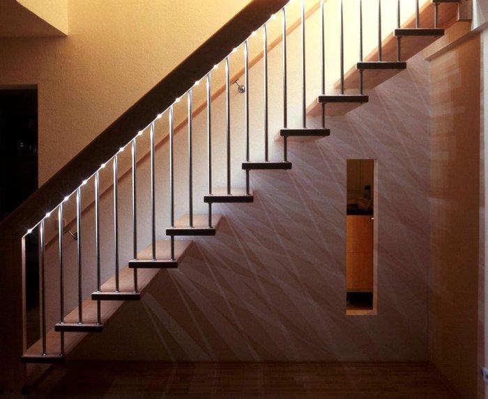 Organisation de l'éclairage des escaliers à l'aide de l'éclairage de la main courante