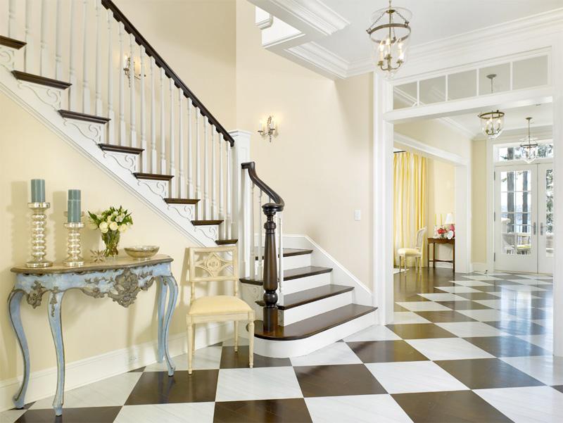 Conception d'un hall d'une maison privée avec un escalier