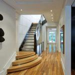 Escalier dans le couloir étroit d'une maison privée