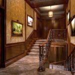 Bois à l'intérieur du couloir avec escalier