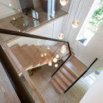 Vue de dessus d'un escalier avec garde-corps en verre