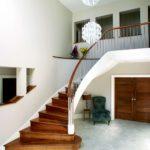 Conception d'un grand hall avec un escalier