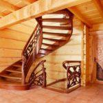 Escalier en colimaçon dans une maison en bois