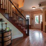 Plancher en bois dans le couloir avec escalier