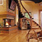 cheminée dans le hall avec escalier