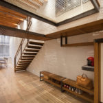 Conception de couloir avec escalier en métal