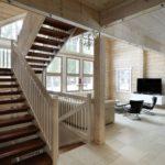 Marcher les escaliers dans une maison en bois