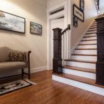 Escaliers de balustres sombres dans un style classique