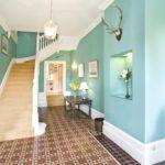 Murs turquoise du couloir avec escalier