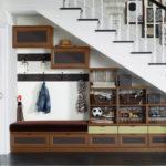 L'idée de décorer l'espace sous les escaliers dans le couloir