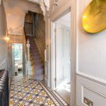 sol en céramique dans un couloir étroit