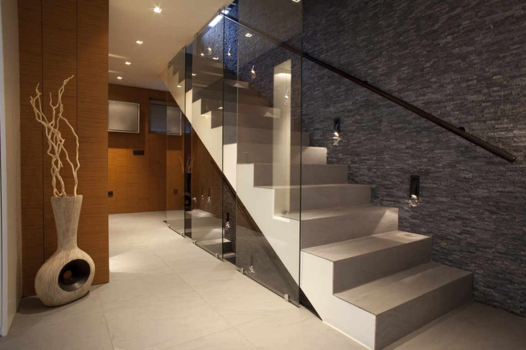 Escalier en béton avec garde-corps en verre durable