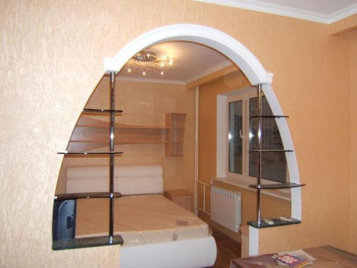 Arche dans des appartements avec un plafond bas.