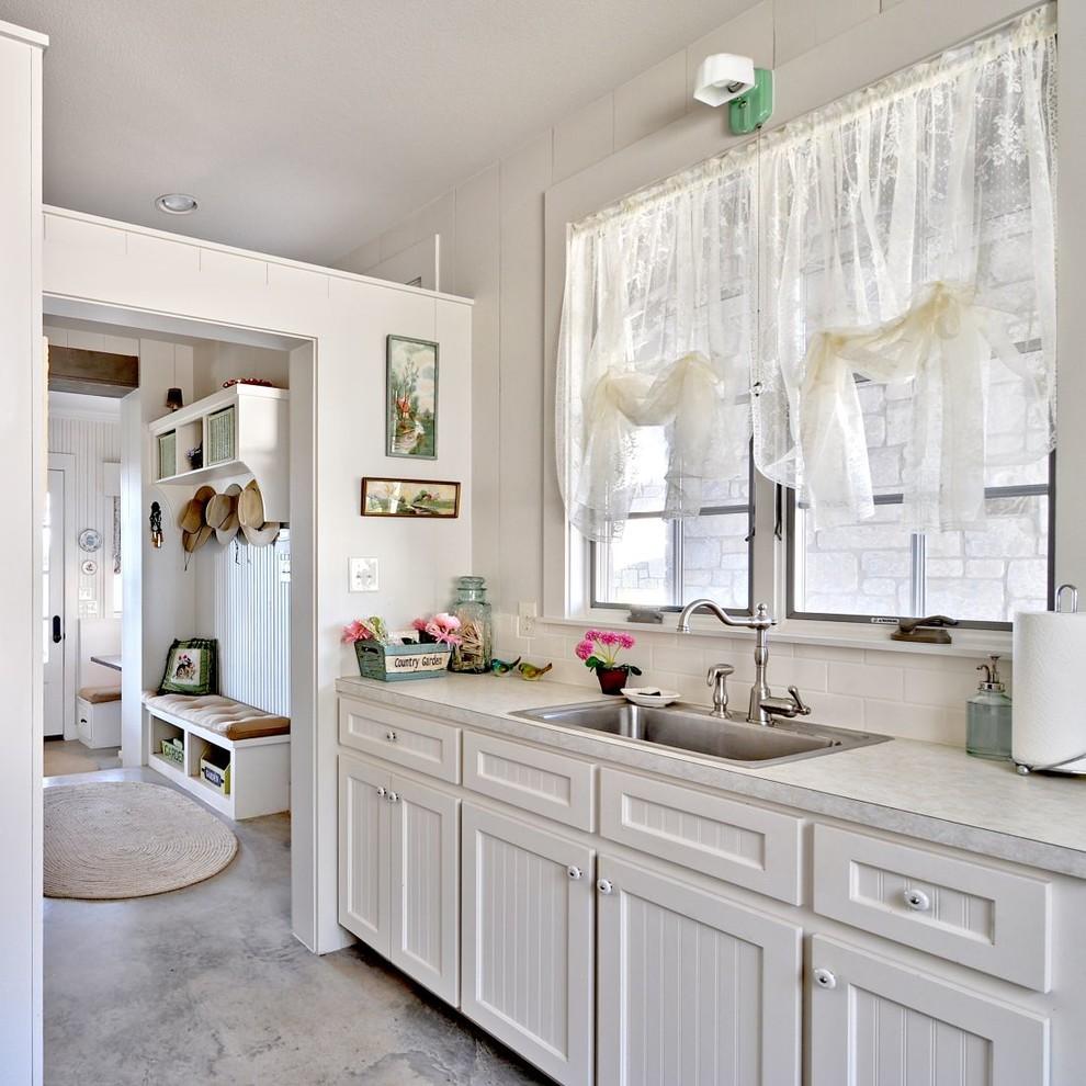 Rideau translucide blanc sur la fenêtre de la cuisine