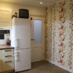Photo d'une cuisine avec papier peint floral