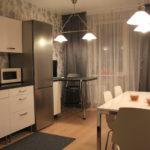 Rideaux gris dans le coin cuisine