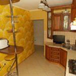 Papier peint jaune dans la cuisine avec un coin