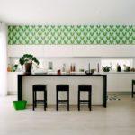 Papier peint vert en haut du mur