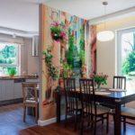 Papier peint lumineux sur la cloison de la cuisine-salle à manger