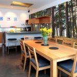 Table en bois dans la cuisine avec papier peint tendance