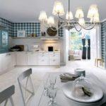 Papier peint à carreaux dans une cuisine spacieuse