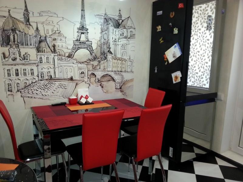 Photo murale avec l'image de Paris sur le mur de la cuisine dans un appartement en ville