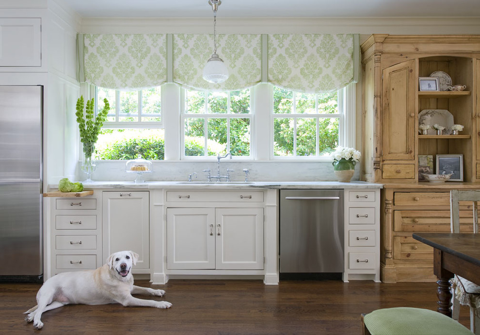 Rideaux courts dans la cuisine avec fenêtres sur le côté ouest de la maison