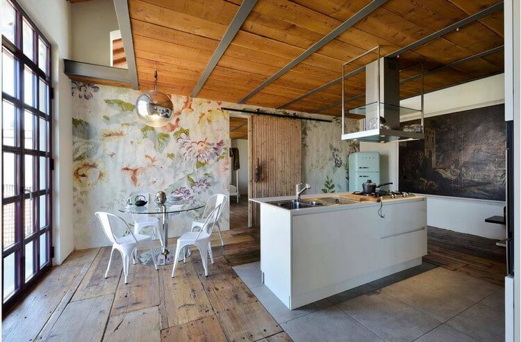 Plafond en bois dans une cuisine spacieuse