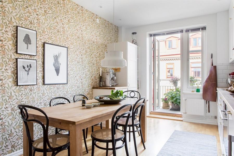 Papier peint en papier dans la cuisine avec accès au balcon