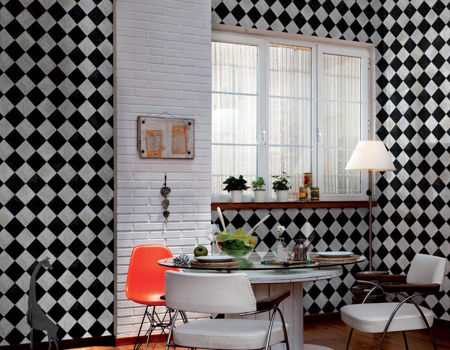 Papier peint à carreaux noir et blanc sur les murs de la cuisine