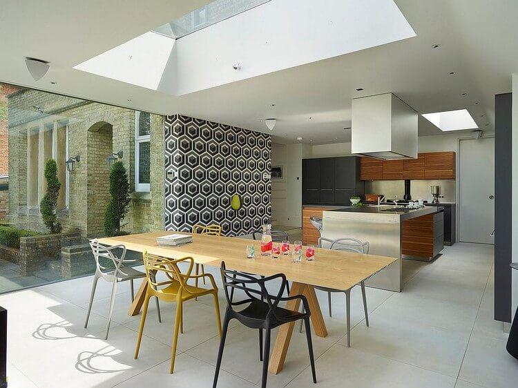Conception d'une cuisine-salle à manger avec papier peint en vinyle