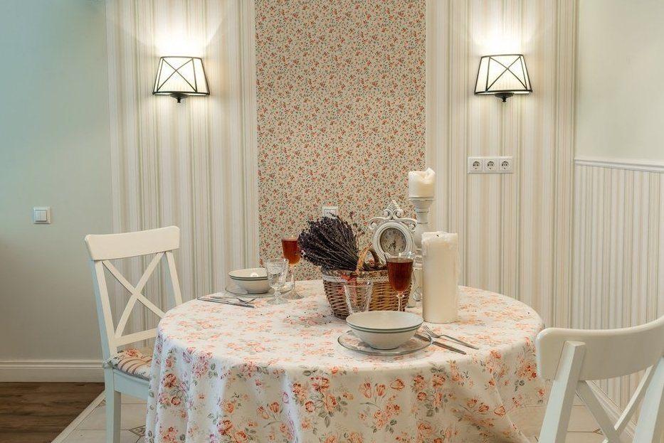 Nappe avec des fleurs sur une table ronde