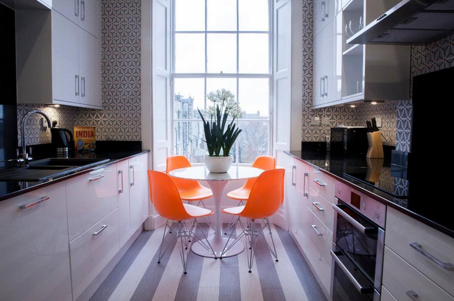 Chaises orange dans une cuisine parallèle étroite